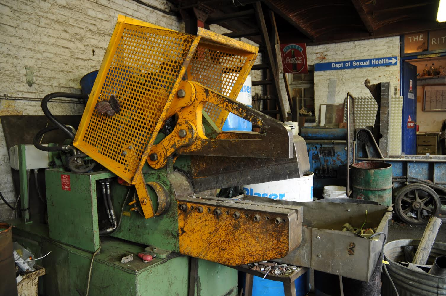 Metal shearing guillotine